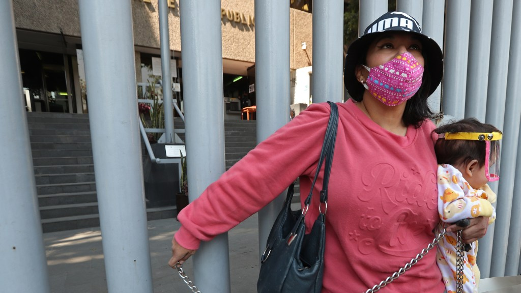 Activista se encadena para exigir justicia por explotación sexual de niños en Acapulco - Activista 'Kika' Flores encadenada a entrada de la Seido. Foto de EFE