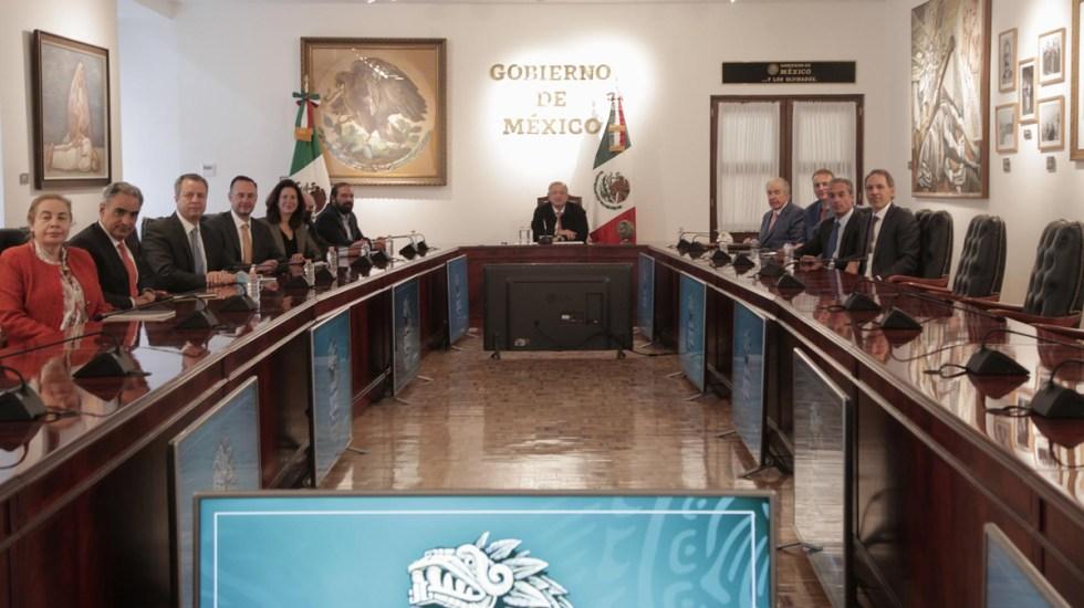 López Obrador presume acuerdo con telefónicas para llevar señal a comunidades apartadas - AMLO en reunión con telefónicas. Foto de @lopezobrador_
