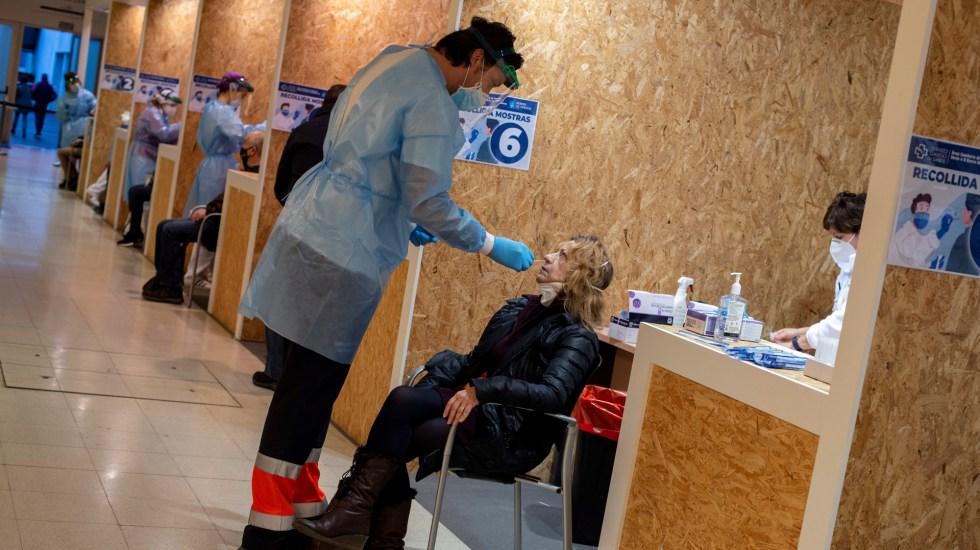 España sale del riesgo extremo de COVID-19 al bajar incidencia de casos - Aplicación de prueba de COVID-19 en España. Foto de EFE