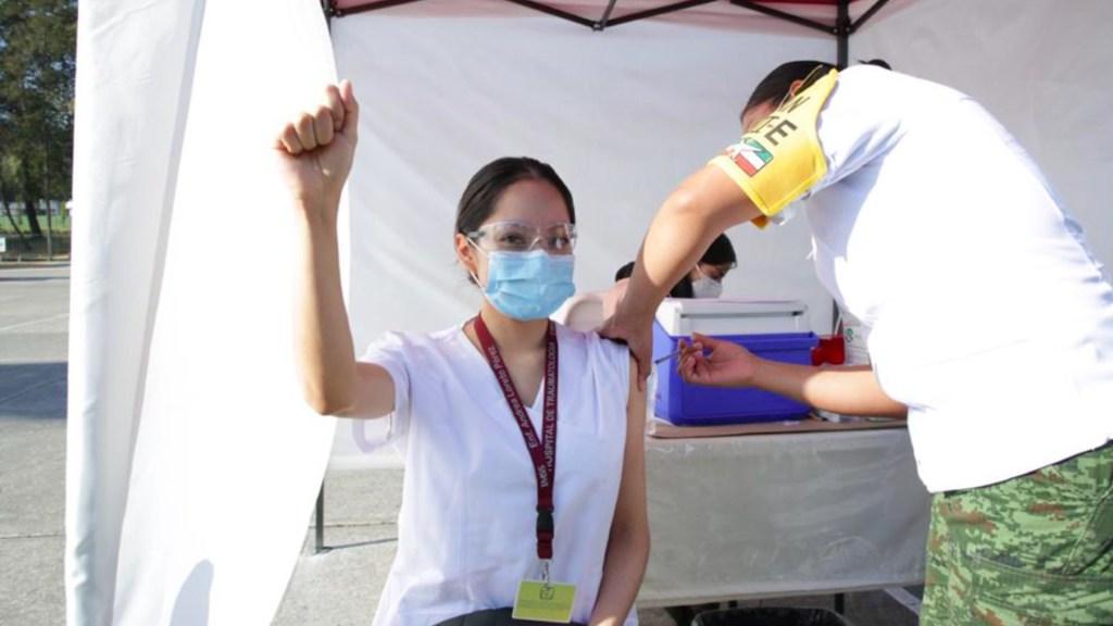 AMLO sugerirá que vacuna mexicana contra COVID-19 se llame 'Patria' - Aplicación de vacuna contra COVID-19 en México. Foto de IMSS