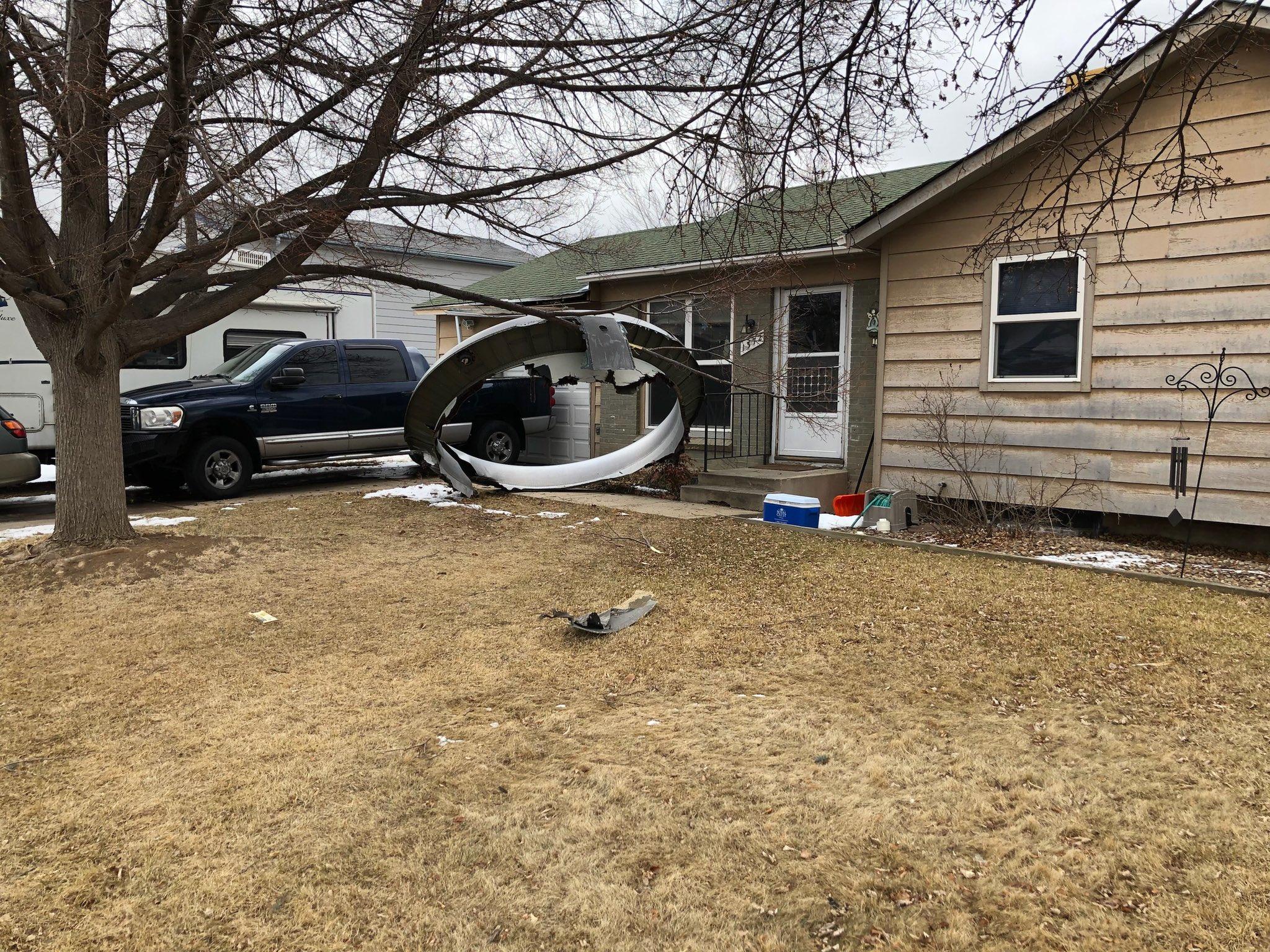 Restos de avión afectando casas en Denver. Foto de BroomfieldPD.