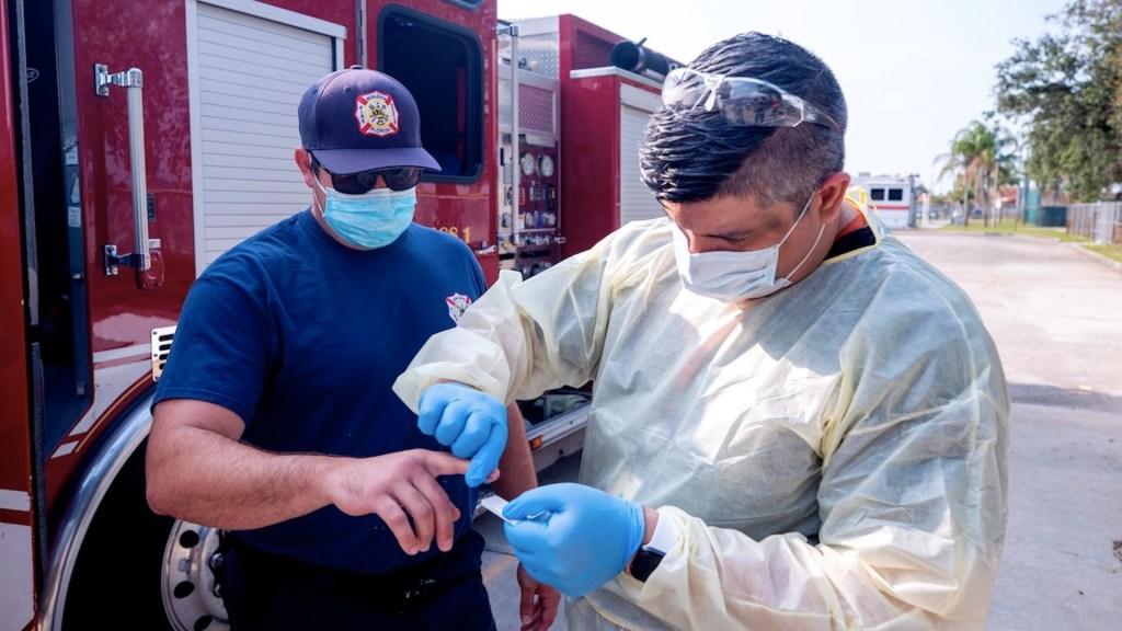 Vacuna contra COVID-19 tiene baja aceptación entre los bomberos de Estados Unidos - Foto de EFE