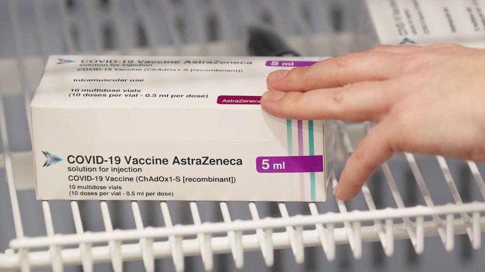 Llegará a México un millón de vacunas de AstraZeneca procedentes de la India, confirma AMLO - Caja de vacuna contra COVID-19 de AstraZeneca. Foto de EFE