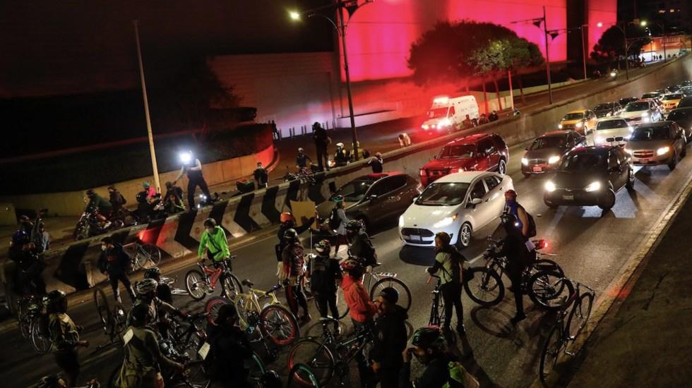"""Ciclistas protestan en """"Viernes de revancha"""" tras agresión de policías - Foto de EFE"""