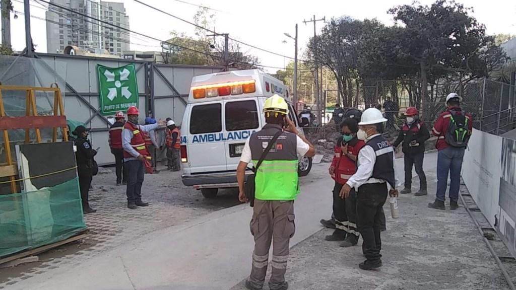 Una persona muerta y tres lesionadas tras colapso de barda en construcción en Tlalpan - Foto de @SGIRPC_CDMX