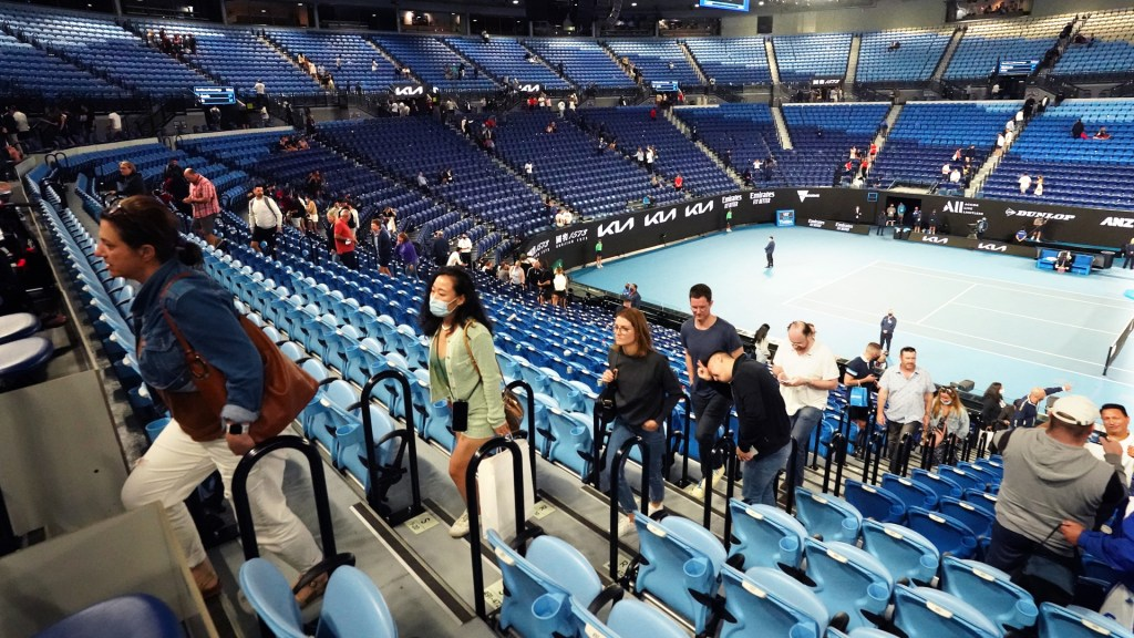 Desalojan estadio a mitad de partido de Djokovic en Australia por confinamiento - Desalojo de laRod Laver Arena durante Abierto de Australia por confinamiento en Victoria. Foto de EFE