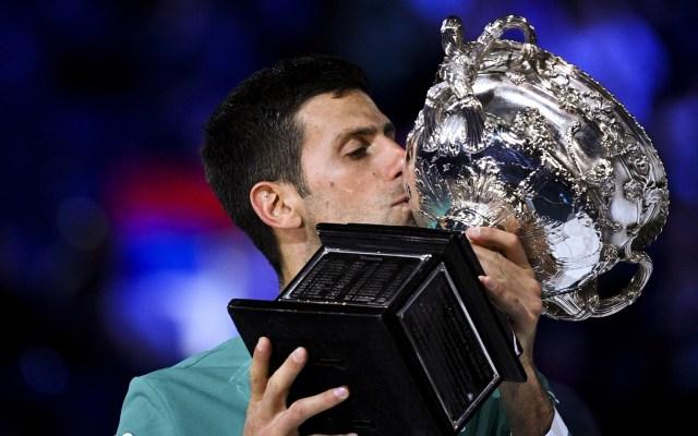 #Video Djokovic vence a Medvedev y gana su noveno Abierto de Australia - Djokovic alza copa de Abierto de Australia. Foto de EFE