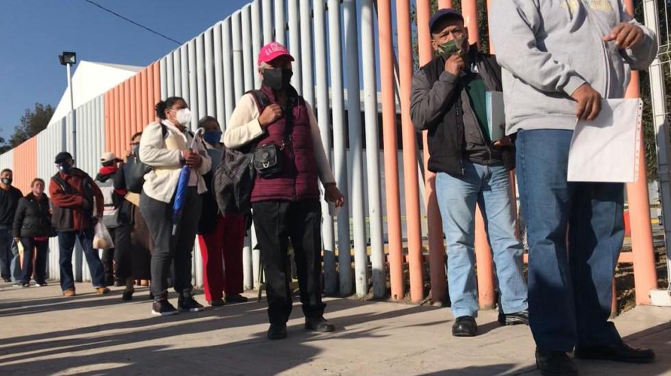 Llega la calma a vacunación de adultos mayores en Ecatepec - Fila de vacunación de adultos mayores en Ecatepec. Foto de @JDeMorelos