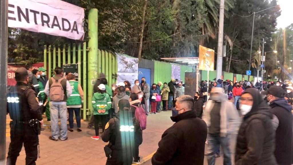 Largas filas en reanudación de vacunación de adultos mayores en CDMX - Fila de vacunación en Deportivo Xochimilco. Foto de @alertasurbanas