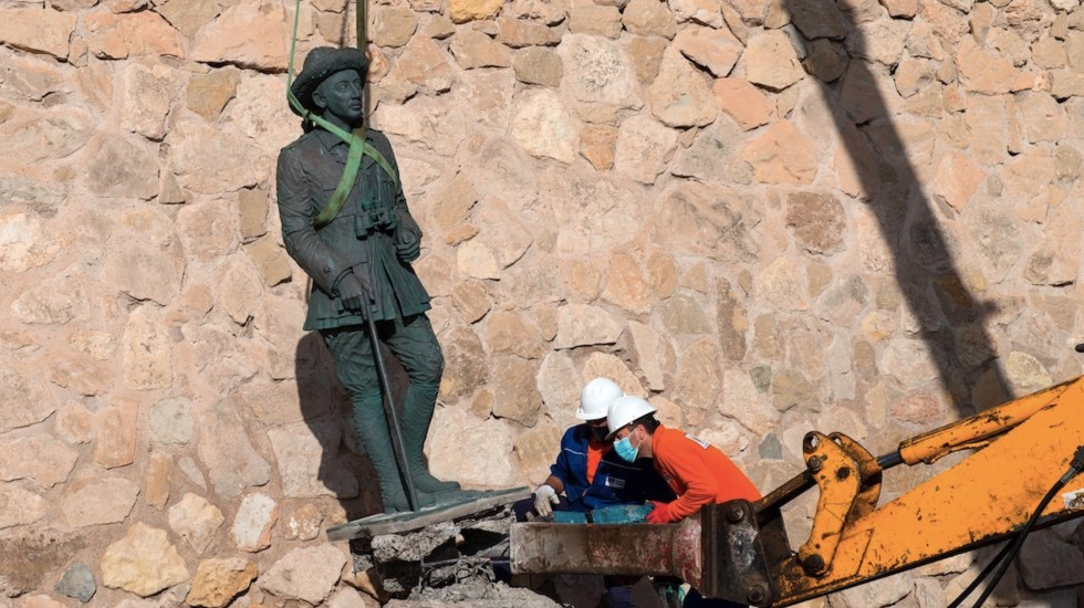 Retiran la última estatua del dictador Francisco Franco que quedaba en España - Foto de EFE