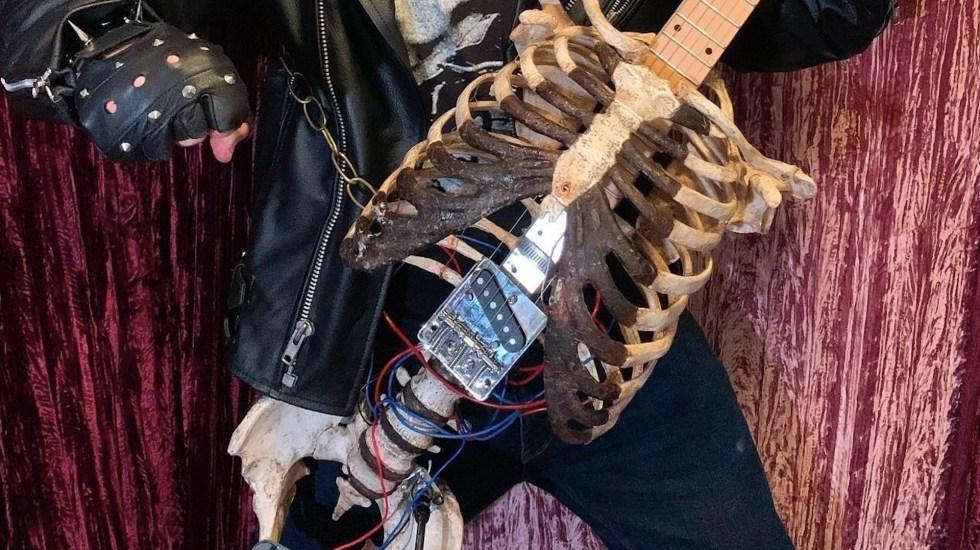 Músico construye una guitarra con el esqueleto de su tío como homenaje - Foto de EFE