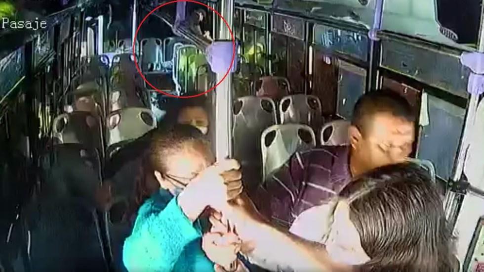 #Video Hombre apuñala a su esposa a bordo de autobús en Culiacán - Hombre apuñala a su mujer en autobús de Culiacán. Captura de pantalla