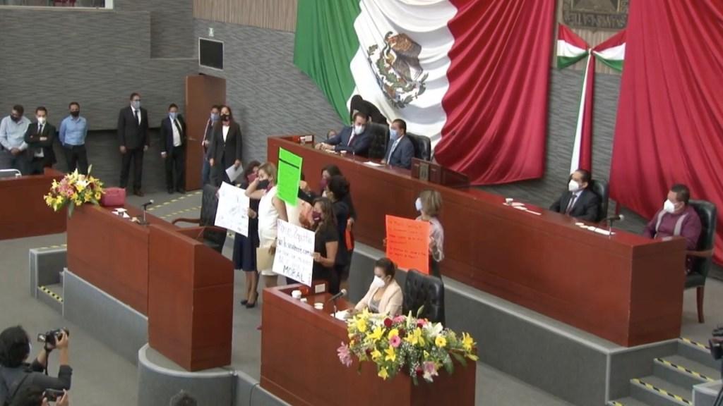 #Video Legisladoras toman tribuna del Congreso de Morelos; protestan contra diputado acusado de violación - Captura de pantalla