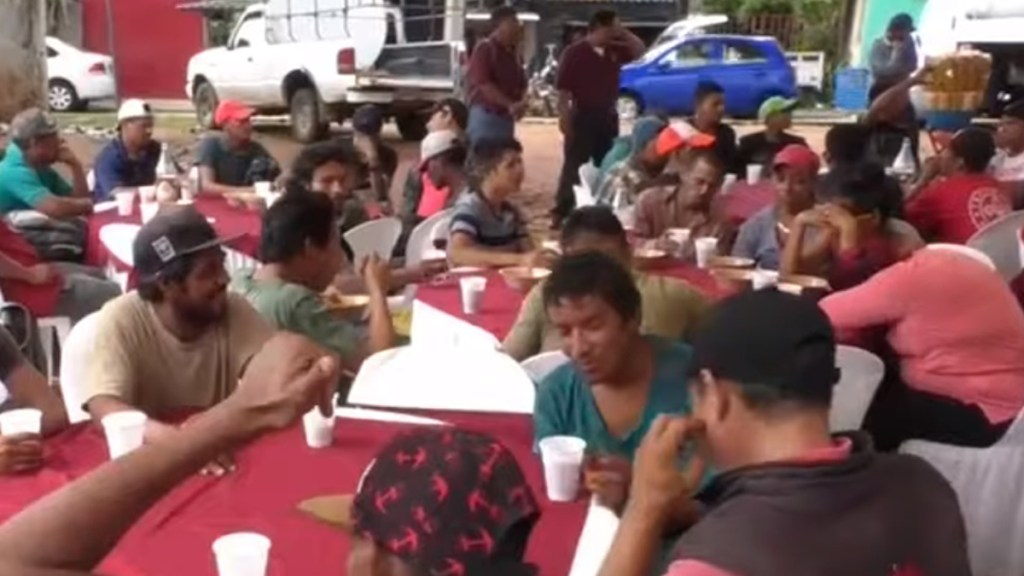 Médicos Sin Fronteras condena detención de 30 migrantes en Veracruz - Migrantes en Albergue de Movilidad Humana en Coatzacoalcos, Veracruz. Captura de pantalla / Excélsior