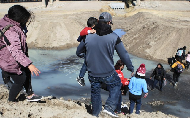 Marzo rompió récord de llegada de menores migrantes no acompañados a EE.UU. - Migrantes centroamericanos con niños cruzan el Rio Bravo hacia los Estados Unidos, desde la fronteriza Ciudad Juárez, Chihuahua (México). Foto de EFE