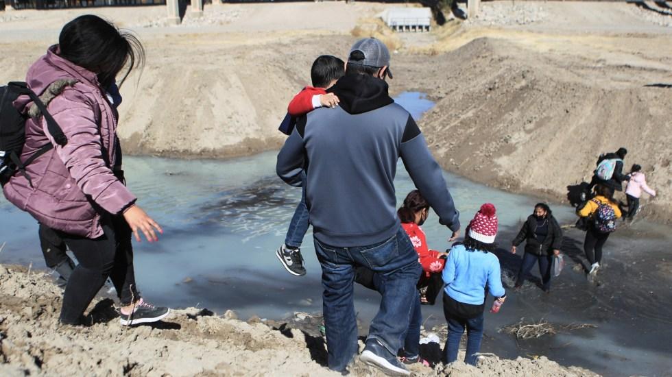 Pandemia complica atención a menores en la frontera entre México y Estados Unidos - Migrantes centroamericanos con niños cruzan el Rio Bravo hacia los Estados Unidos, desde la fronteriza Ciudad Juárez, Chihuahua (México). Foto de EFE