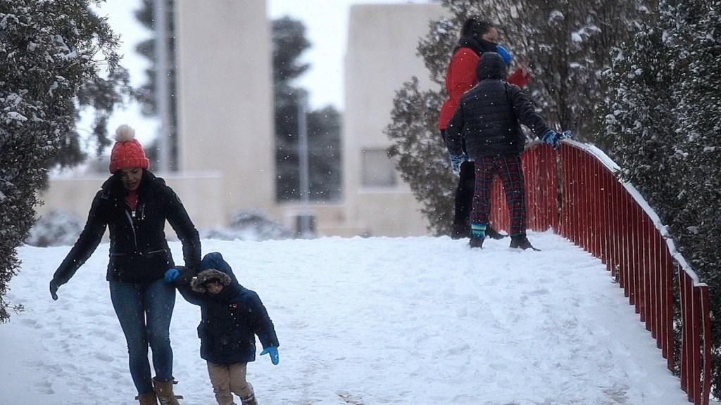 Continúan las gélidas temperaturas al norte del país - Nevada en Ciudad Juárez, Chihuahua. Foto de EFE