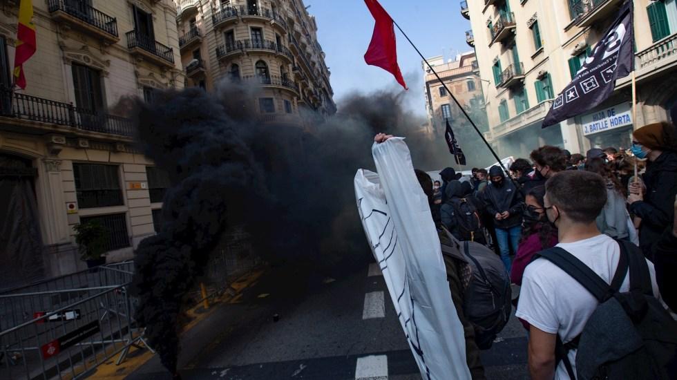 Protestas por detención del rapero Pablo Hasel generan tensión en Gobierno de coalición en España - Unas 300 personas, la mayoría universitarios, se han manifestado en Barcelona para pedir la libertad del rapero Pablo Hasel y en contra de lo que han descrito como