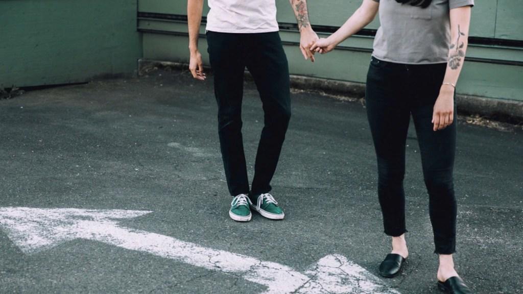Los dilemas de los tatuajes de pareja: ¿amor eterno o fatídico error? - Foto de Emma Frances Logan @emmafranceslogan