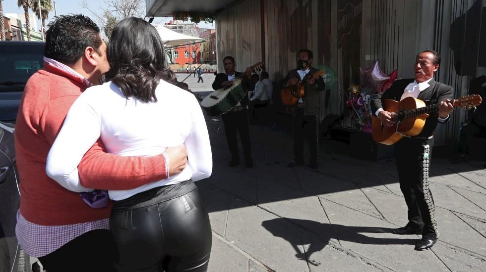 Parejas mexicanas viven un San Valentín marcado por la pandemia - Las parejas mexicanas vivieron este domingo un Día de San Valentín diferente marcado por los cubrebocas, con buena parte de las actividades restringidas para frenar los contagios de covid-19 y los restaurantes con horarios y aforos limitados en buena parte del país. Foto de EFE/ Mario Guzmán