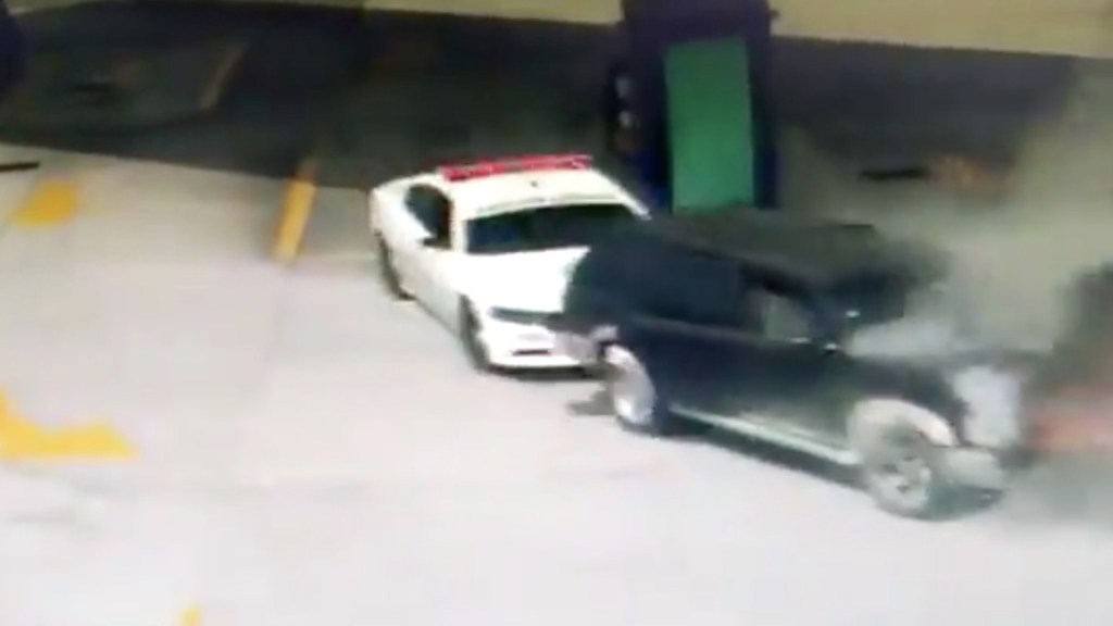 #Video Patrulla de la Guardia Nacional empuja camioneta que se incendiaba en gasolinera de Tlaxcala - Captura de pantalla