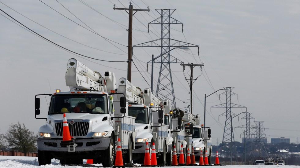 El 'infierno' de Texas en la histórica tormenta: escasean el agua y la comida - Personal de compañía de luz labora para restablecer suministro en Texas. Foto de EFE