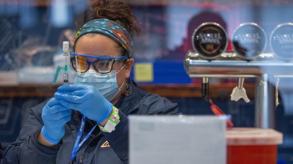 Biden descarta compartir vacunas con otros países - Personal de Salud prepara vacuna contra COVID-19 para aplicarla a persona en EE.UU. Foto de EFE