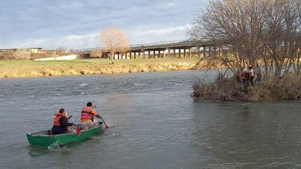 Niño murió ahogado en río Bravo al intentar cruzar a EE.UU. - Personal del INM en tareas de rescate de migrantes varados en isleta del río Bravo. Foto de @INAMI_mx
