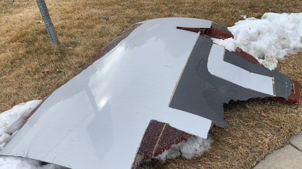 Avión regresa a aeropuerto en Estados Unidos tras perder partes del motor en vuelo - Foto de @BroomfieldPD