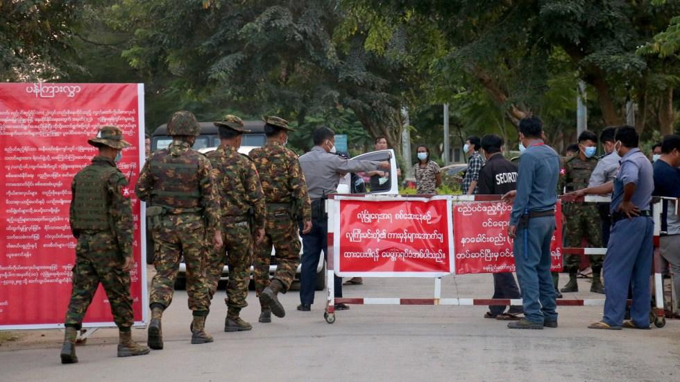 Junta militar bloquea internet en Birmania por segunda noche consecutiva - Soldados ingresan a Parlamento de Birmania tras golpe de Estado. Foto de EFE