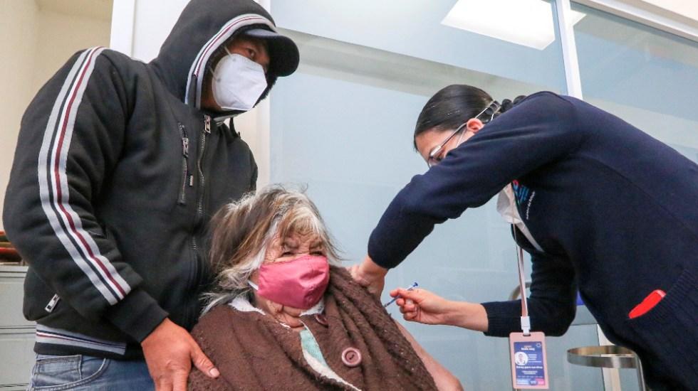 Ayer fueron aplicadas 87 mil 472 vacunas contra COVID-19 en adultos mayores - Foto de EFE