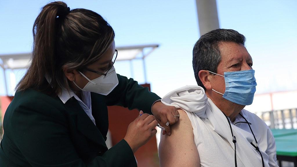 Extranjeros que vivan en México podrán recibir vacuna contra COVID-19 - Vacunación contra COVID-19 de adultos mayores en México. Foto de EFE