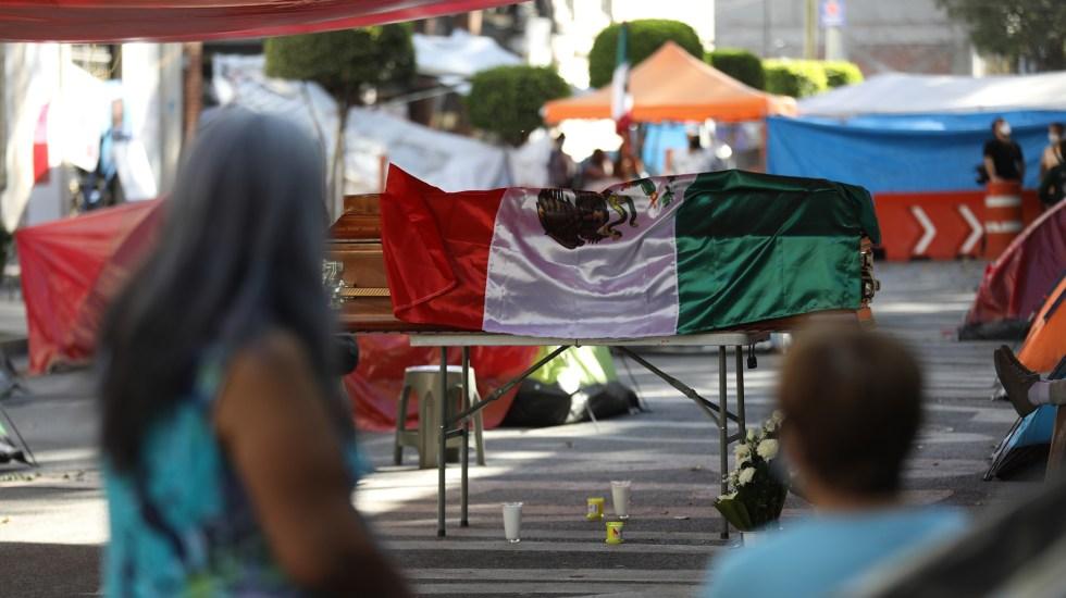 Suman 74 mil 631 homicidios dolosos en lo que va del sexenio de AMLO - Velatorio frente a la Segob en CDMX de hombre hallado muerto tras ser reportado como desaparecido. Foto de EFE