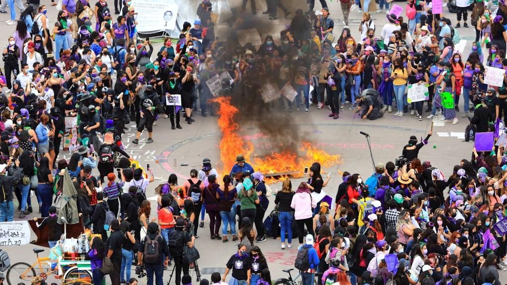 Colectivos feministas se negaron a dialogar en marcha del 8M, asegura AMLO - 8M Marcha Palacio Nacional Valla feminista 2 manifestación