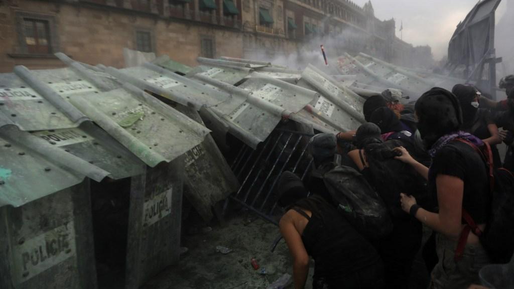 Autoridades defienden actuación policial en marchas por el #8M en Ciudad de México pese a críticas - 8M Marcha Palacio Nacional Valla feminista manifestación 6