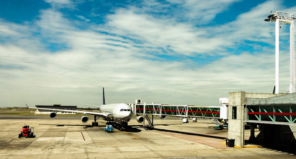 Detectan 44 pasajeros con COVID-19 en Buenos Aires procedentes de Cancún - Aeropuerto de Ezeiza. Foto de buenos-aires-airport.