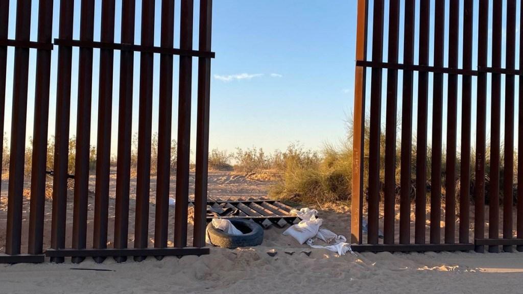 SRE brinda asistencia consular a mexicanos víctimas de accidente automovilístico en California - Agujero en muro fronterizo entre EE.UU. y México por el que ingresó camioneta siniestrada. Foto de EFE