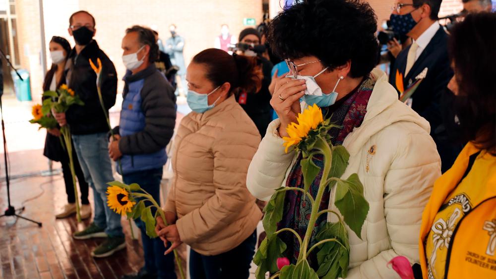 Colombia suma una semana con menos de 100 muertes diarias por COVID-19 - Familiares de víctimas de COVID-19 reciben un homenaje durante los actos conmemorativos con motivo del primer año de la llegada del coronavirus, en Bogotá Colombia. Foto de EFE