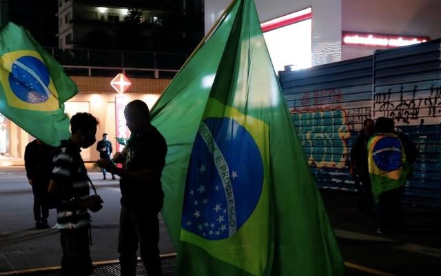 Brasil roza las 295 mil muertes por COVID-19 mientras recibe primeras vacunas de Covax - Foto de EFE