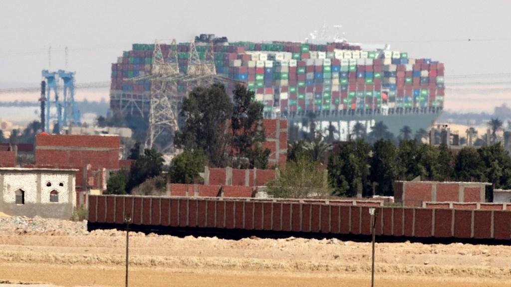 """Buque encallado en el canal de Suez ha sido """"reflotado parcialmente"""", afirma empresa - Foto de EFE/EPA/KHALED ELFIQI"""
