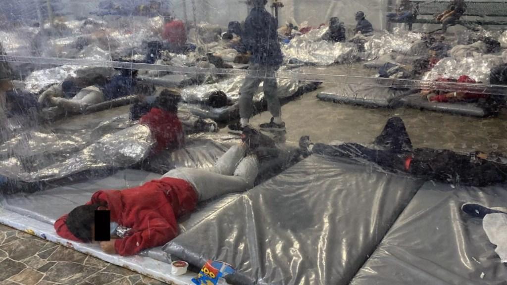 Congresista revela imágenes de centro de detención temporal de migrantes donde se muestra hacinamiento - Centro de detención de migrantes en Donna, Texas. Foto de Representante Henry Cuellar para Axios