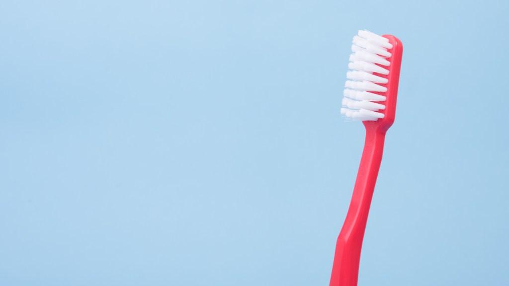 Especialistas piden cuidar salud bucal para prevenir el COVID-19 - Cepillo de dientes. Foto de Alex / Unsplash