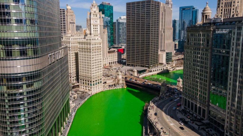 #Fotos Tiñen el río Chicago de verde para conmemorar el Día de San Patricio - Chicago río teñido verde