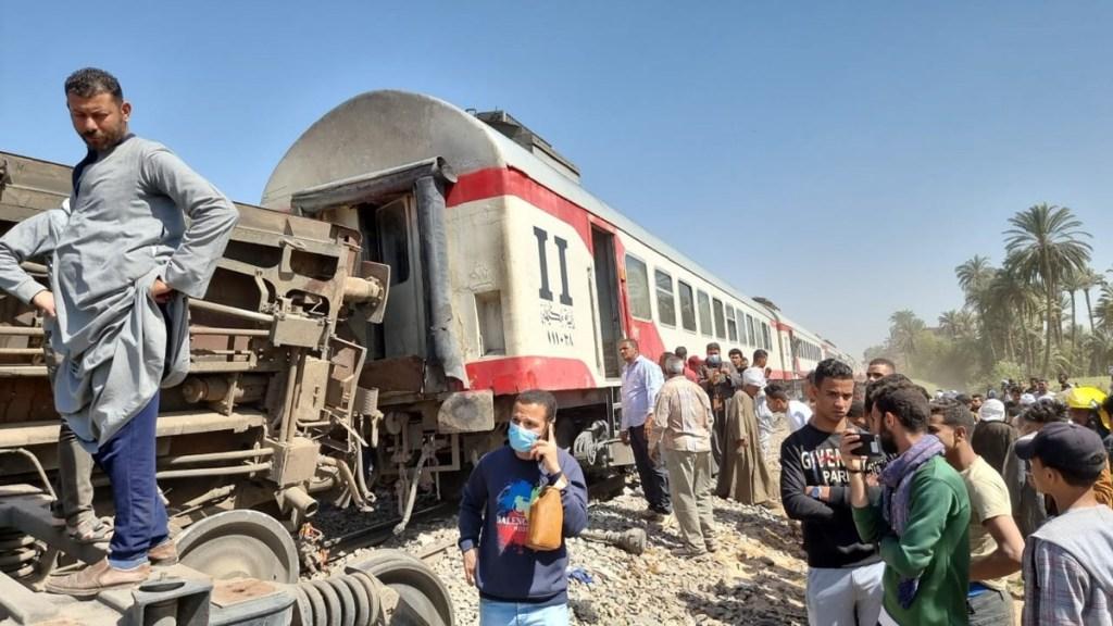 Choque de trenes en Egipto deja más de 30 muertos y 60 heridos - Al menos 32 personas murieron y 66 resultaron heridas por el choque de dos trenes en la localidad de Tahta, provincia sureña de Sohag, informó el Ministerio de Salud de Egipto. Foto de EFE.