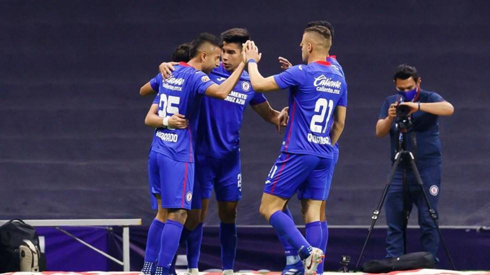 Cruz Azul vence a Monterrey y mantiene el liderato del futbol en México - Cruz Azul celebra triunfo sobre Monterrey. Foto de EFE