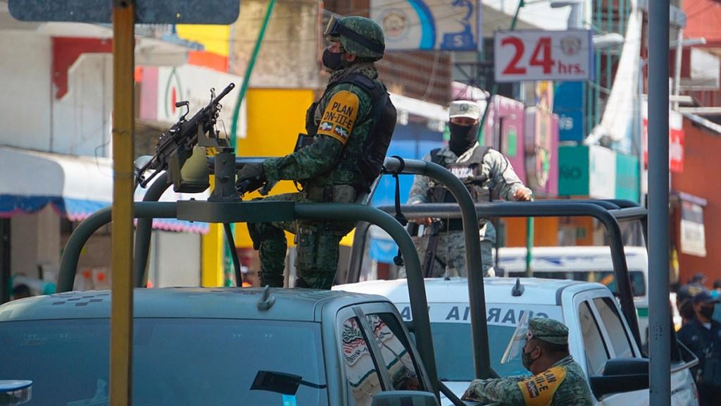 México mantendrá despliegue de Fuerzas Federales en la frontera sur, asegura Gobierno - Autoridades de México y Guatemala en operativo migratorio para prevenir el COVID-19 y la trata de personas en la frontera sur. Foto de Archivo/ EFE.