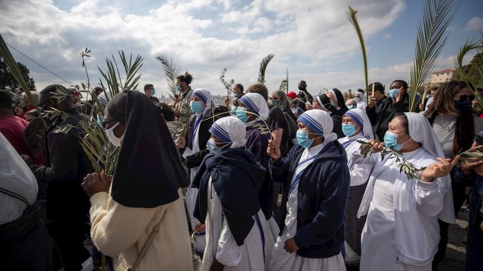 Jerusalén recupera la alegría en Domingo de Ramos todavía sin peregrinos - Celebración del Domingo de Ramos en Jerusalén. Foto de EFE/EPA/ATEF SAFADI