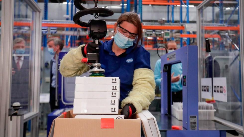 Pfizer y BioNTech aspiran a producir 2 mil 500 millones de dosis de vacuna en 2021 - Embalaje de vacunas contra COVID-19 de Pfizer en planta de Bélgica. Foto de EFE