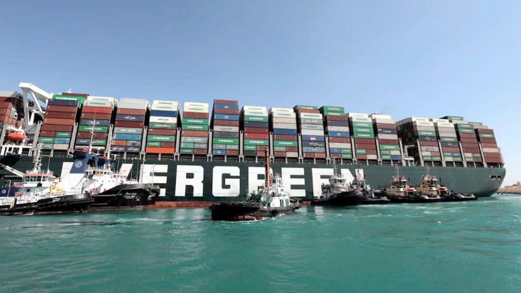 """Termina la crisis del """"Ever Given"""" y el Canal de Suez reabre a la navegación - El buque Ever Given encalló en el Canal de Suez. Foto de EFE"""