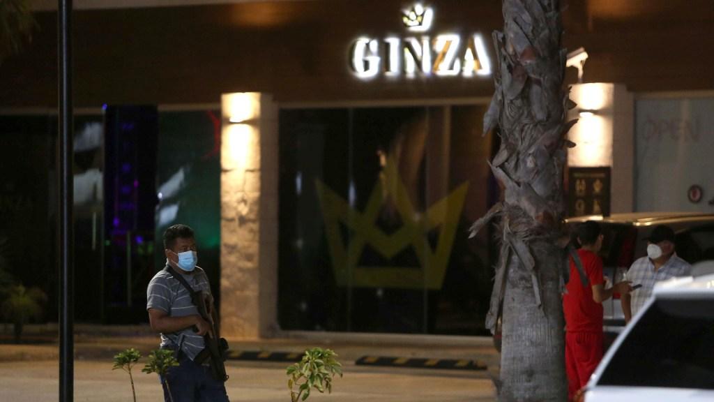 #Video Sujetos armados disparan contra bar en Cancún; hay 1 muerto y 3 heridos - Exterior del bar Ginza en Cancún tras ataque armado. Foto de EFE